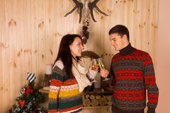 Couples heureux jetant Champagne Glasses en l'air Images libres de droits