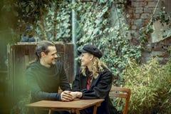 Couples heureux, jeunes couples de sourire, fille et homme dans le temps d'amour, joyeux et gai, couple de beautifil en café, gra Image stock
