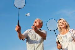 Couples heureux jouant le badminton Images libres de droits