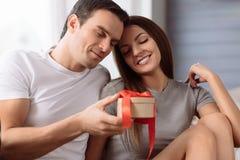 Couples heureux joyeux célébrant le jour de valentines Images stock