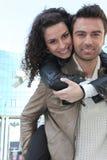Couples heureux à l'extérieur Images libres de droits