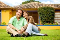 Couples heureux à l'extérieur Photos stock