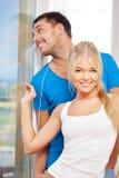 Couples heureux à la fenêtre Image libre de droits