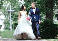 Couples heureux le jour du mariage outdoors Photo avec l'espace de copie photographie stock