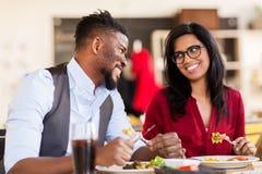 Couples heureux mangeant au restaurant Images libres de droits