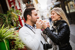 Couples heureux mangeant de la pizza dehors Photo stock