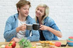 Couples heureux mangeant la pause-café et le dessert photographie stock libre de droits
