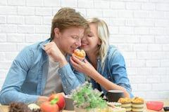 Couples heureux mangeant la pause-café et le dessert image stock