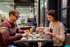 Couples heureux mangeant le dîner au restaurant de vegan Photos stock