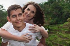 Couples heureux marchant aux terrasses de riz Déplacement chez Bali Images libres de droits