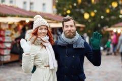 Couples heureux marchant dans la vieille ville Image stock