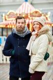 Couples heureux marchant dans la vieille ville Photo stock