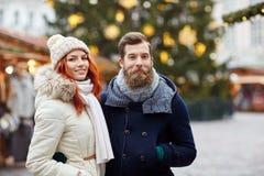 Couples heureux marchant dans la vieille ville Image libre de droits