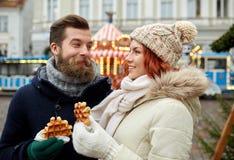 Couples heureux marchant dans la vieille ville Photo libre de droits