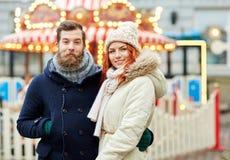 Couples heureux marchant dans la vieille ville Photos stock