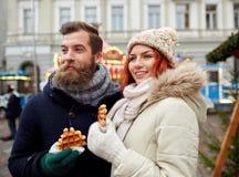 Couples heureux marchant dans la vieille ville Photographie stock