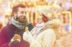 Couples heureux marchant dans la vieille ville Images libres de droits