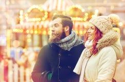 Couples heureux marchant dans la vieille ville Images stock