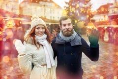 Couples heureux marchant dans la vieille ville Photos libres de droits