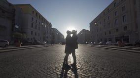 Couples heureux marchant dans la ville et parlant avec l'éclairage naturel doux de matin Couples de m?tis Lever de soleil Tir moy banque de vidéos