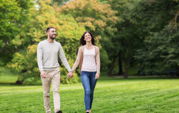 Couples heureux marchant en parc d'été photos libres de droits