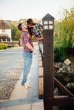 Couples heureux marchant en stationnement Photo libre de droits