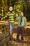 Couples heureux marchant en stationnement d'automne photographie stock libre de droits