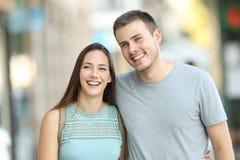Couples heureux marchant ensemble sur la rue Photographie stock