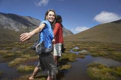 Couples heureux marchant par l'étang photo stock