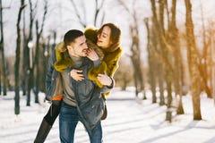 Couples heureux marchant par le parc un jour ensoleillé d'hiver image libre de droits
