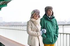 Couples heureux marchant sur le sentier piéton pendant l'hiver image stock