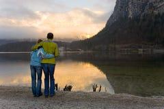 Couples heureux observant le lac Image stock