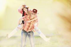 Couples heureux occidentaux riant et dupant autour Images libres de droits