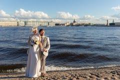 Couples heureux par la rivière photo stock