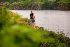 Couples heureux par la rivière Image libre de droits