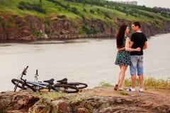 Couples heureux par la rivière Images stock