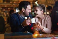 Couples heureux parlant à la barre et ayant la date Photo stock