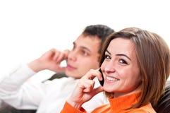 Couples heureux parlant sur des téléphones portables Images stock