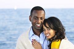 Couples heureux partageant la couverture Photos libres de droits