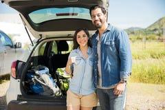 Couples heureux partant en voyage de hausse Images libres de droits