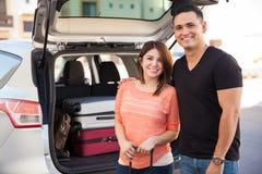 Couples heureux partant en voyage par la route Images libres de droits