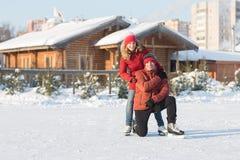 Couples heureux patinant à l'hiver de piste Photos libres de droits