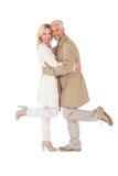 Couples heureux posant dans des manteaux de fossé Photo libre de droits