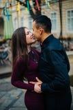Couples heureux posant dans la ville Images stock
