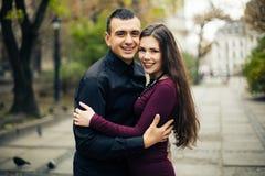 Couples heureux posant dans la ville Image libre de droits