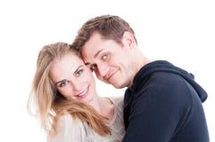 Couples heureux posant en tant qu'étant beau et joyeux Photo libre de droits