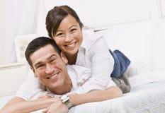 Couples heureux posant sur un bâti Photo libre de droits
