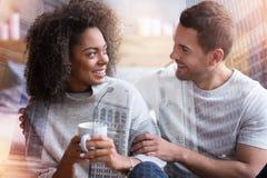 Couples heureux positifs regardant l'un l'autre Photographie stock