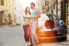 Couples heureux prévoyant leur prochain voyage de voiture Image libre de droits
