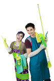 Couples heureux prêts à la maison de nettoyage Images libres de droits